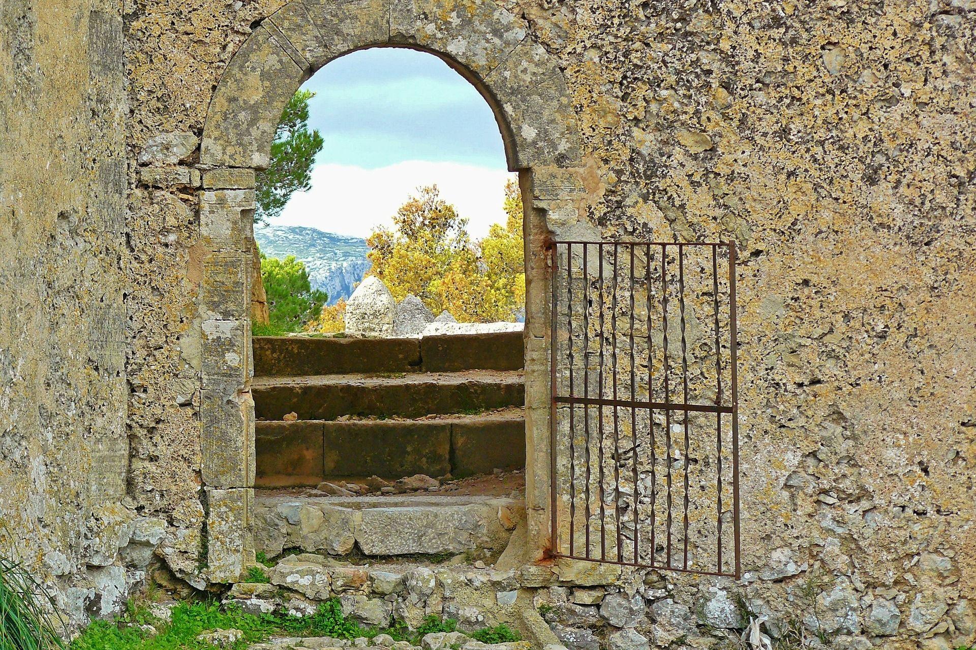 Lemn, piatra si metal: ce materiale se folosesc in curte langa un pavaj contemporan